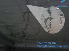 sàn mái bị nứt gây nước thấm từ trần xuống phòng