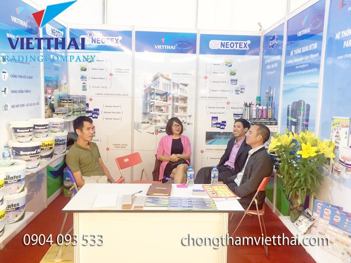 khách hàng tham quan gian hàng vietthai vietbuild tháng 11 2018