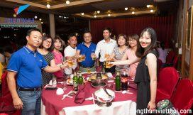 Các thành viên trong công ty và khách hàng cùng ngồi bên nhau nâng ly chúc Việt Thái ngày càng phát triển