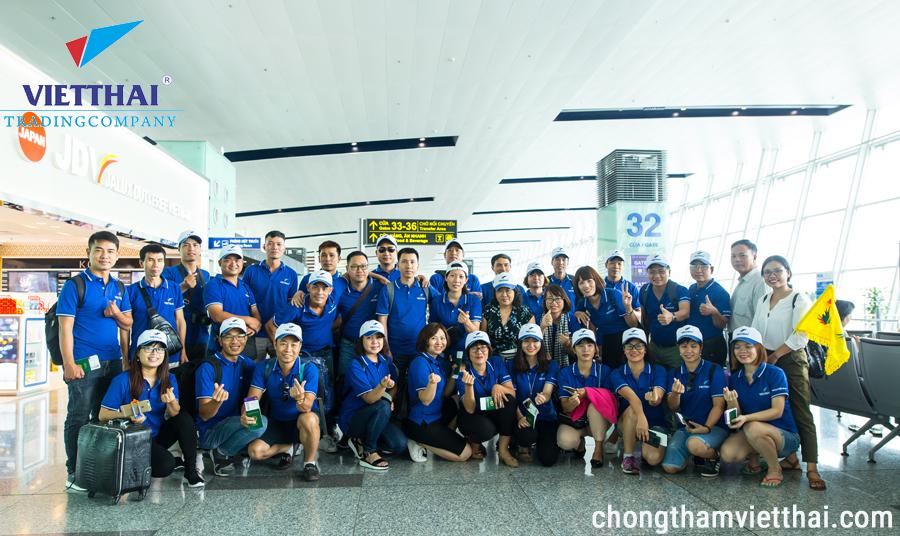 Đoàn Việt Thái check in tại sân bay