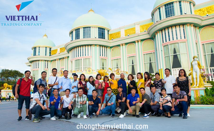 Đoàn Việt Thái vui vẻ khám phá lâu đài tỷ phú