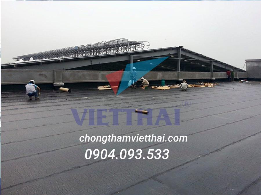 kỹ thuật đang chống thấm sàn mái cho công trình