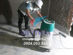 Thợ chống thấm đang thi công hút bụi trước khi chống thấm nhà vệ sinh