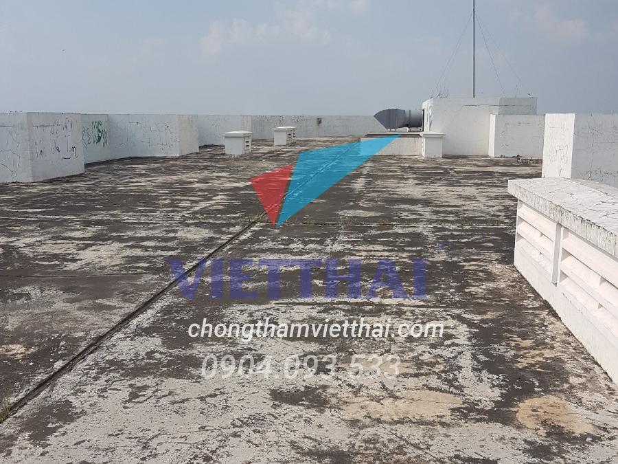 sàn mái bị thấm dột  gây ra nhiều phiền toái cho gia chủ