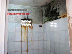 nhà vệ sinh bị rêu mốc nhem nhuốc và xấu xí