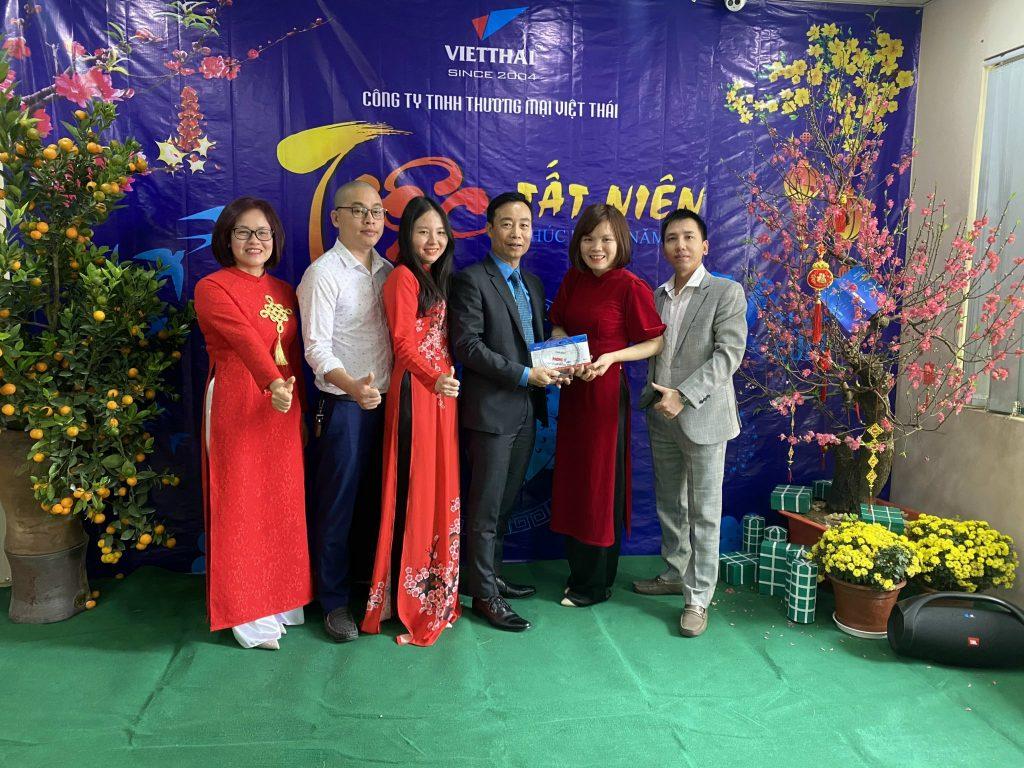 Giám đốc công ty Việt Thái trao kỷ niệm chương cho phòng IT